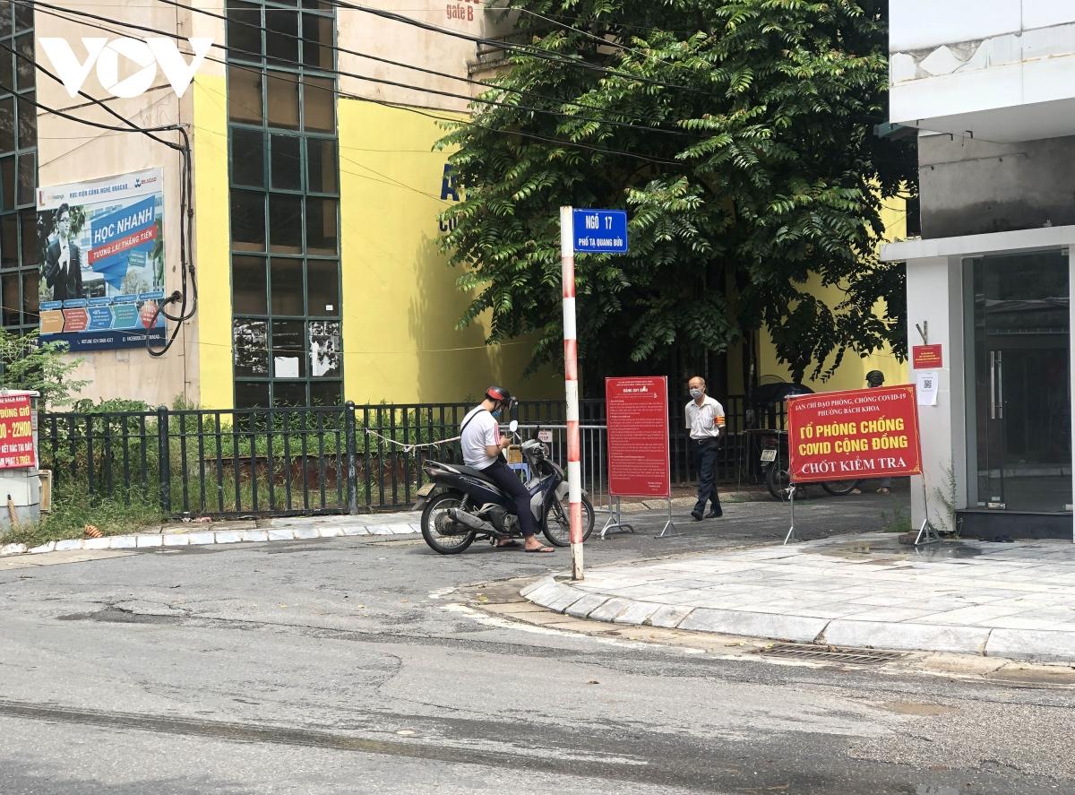 Nhiều ngõ, xóm ở Hà Nội vẫn rào chặt, chốt kiểm soát 'thả lỏng' người ra vào - Ảnh 5.