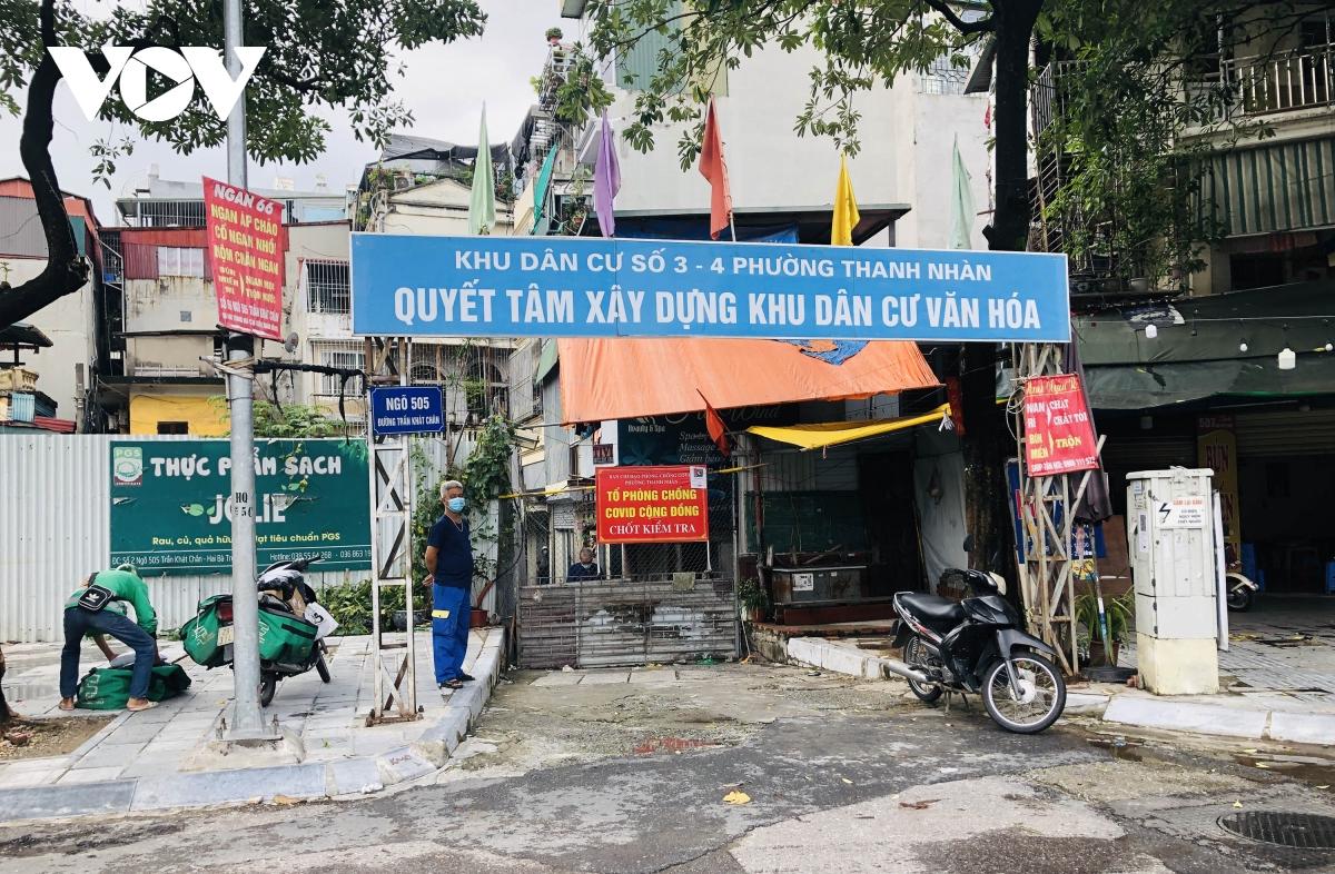 Nhiều ngõ, xóm ở Hà Nội vẫn rào chặt, chốt kiểm soát 'thả lỏng' người ra vào - Ảnh 4.