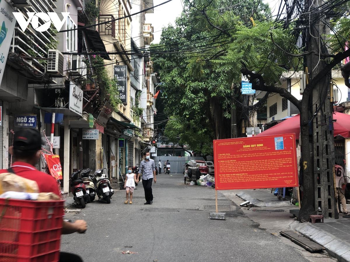 Nhiều ngõ, xóm ở Hà Nội vẫn rào chặt, chốt kiểm soát 'thả lỏng' người ra vào - Ảnh 3.