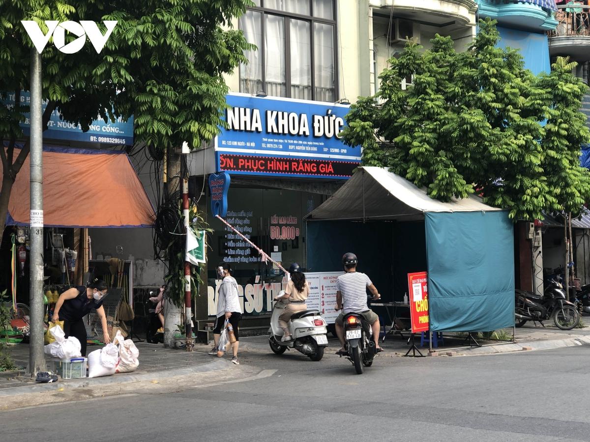 Nhiều ngõ, xóm ở Hà Nội vẫn rào chặt, chốt kiểm soát 'thả lỏng' người ra vào - Ảnh 10.