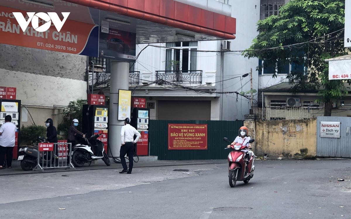 Nhiều ngõ, xóm ở Hà Nội vẫn rào chặt, chốt kiểm soát 'thả lỏng' người ra vào - Ảnh 2.