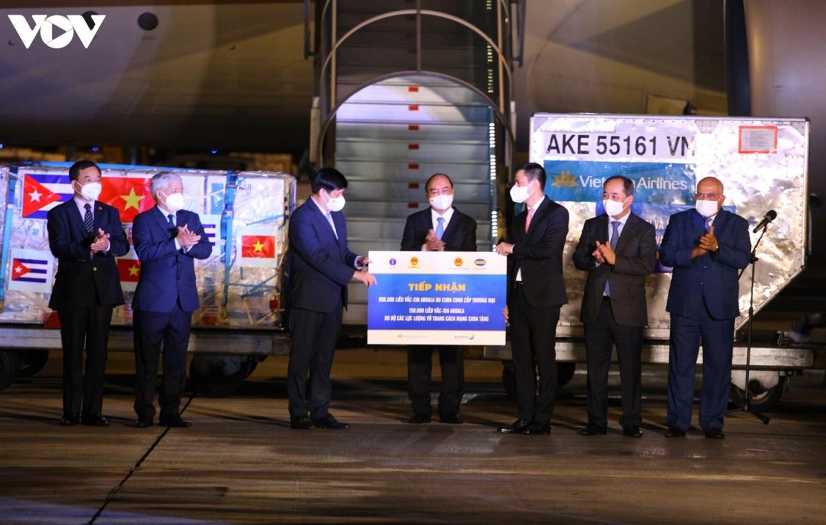 Chuyên cơ chở Chủ tịch nước Nguyễn Xuân Phúc về đến Hà Nội cùng lượng lớn vaccine - Ảnh 8.