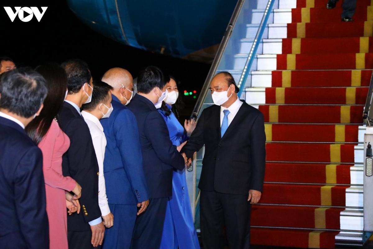 Chuyên cơ chở Chủ tịch nước Nguyễn Xuân Phúc về đến Hà Nội cùng lượng lớn vaccine - Ảnh 4.