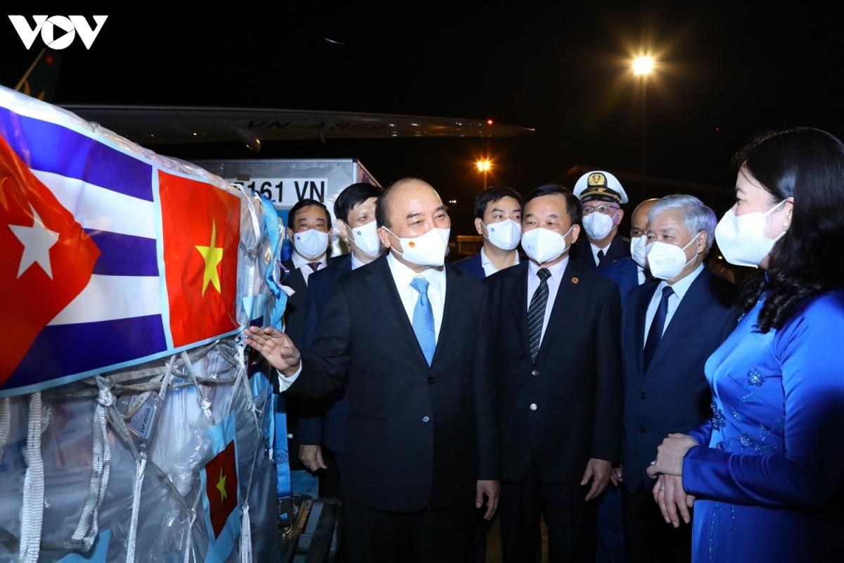 Chuyên cơ chở Chủ tịch nước Nguyễn Xuân Phúc về đến Hà Nội cùng lượng lớn vaccine - Ảnh 7.