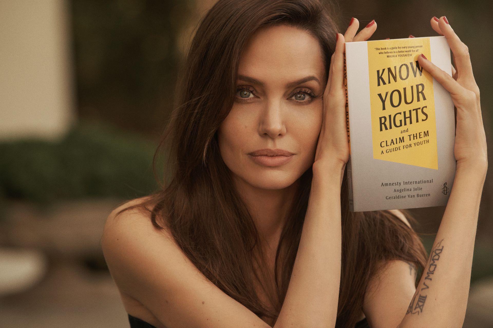 Angelina Jolie ra sách về quyền trẻ em - Ảnh 1.