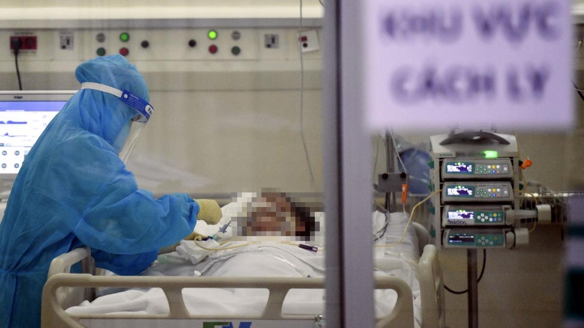 TP.HCM đề xuất Thủ tướng cho bệnh viện tư nhân thu phí điều trị Covid-19 - Ảnh 1.