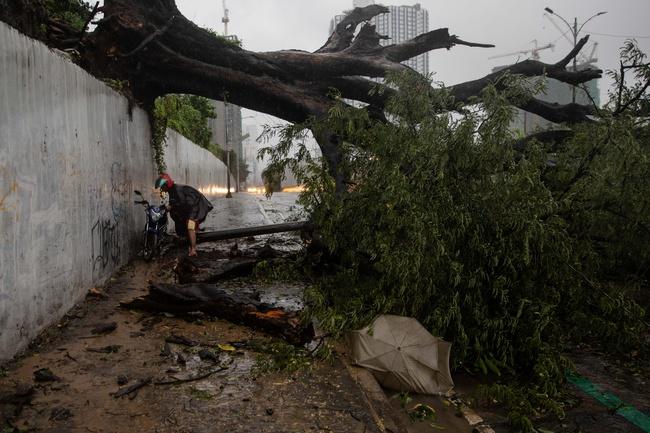 Bão Vamco đổ bộ Philippines, thủ đô Manila ngập lụt - Ảnh 2.