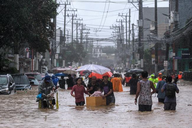 Bão Vamco đổ bộ Philippines, thủ đô Manila ngập lụt - Ảnh 1.