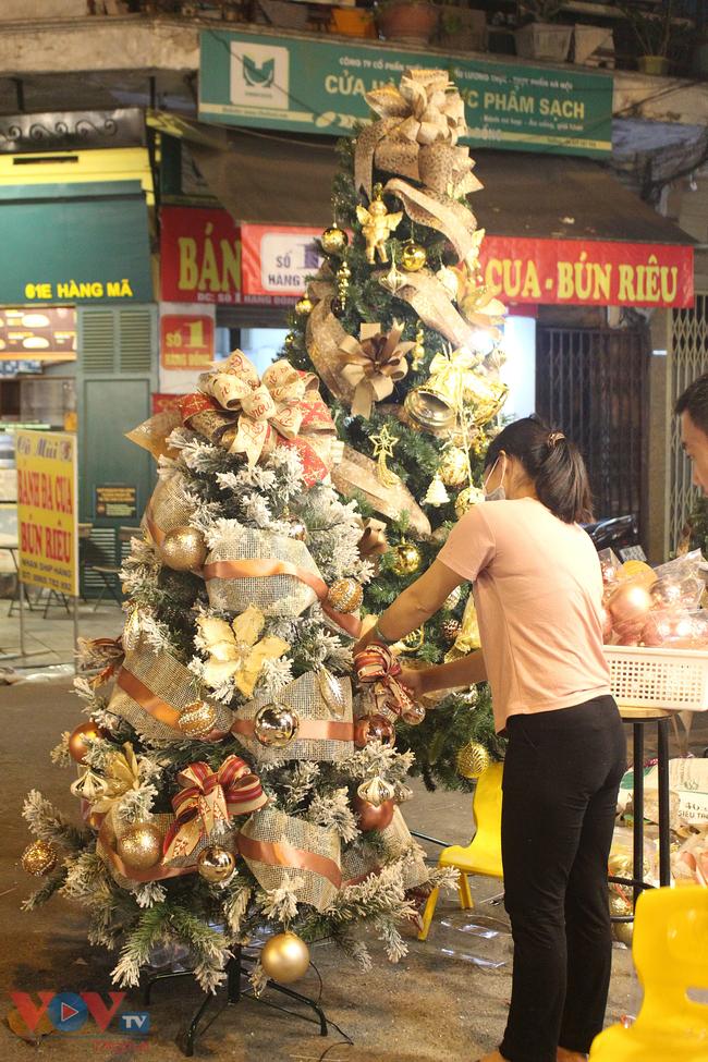 Rực rỡ sắc màu đón Giáng Sinh trên phố Hàng Mã - Ảnh 7.