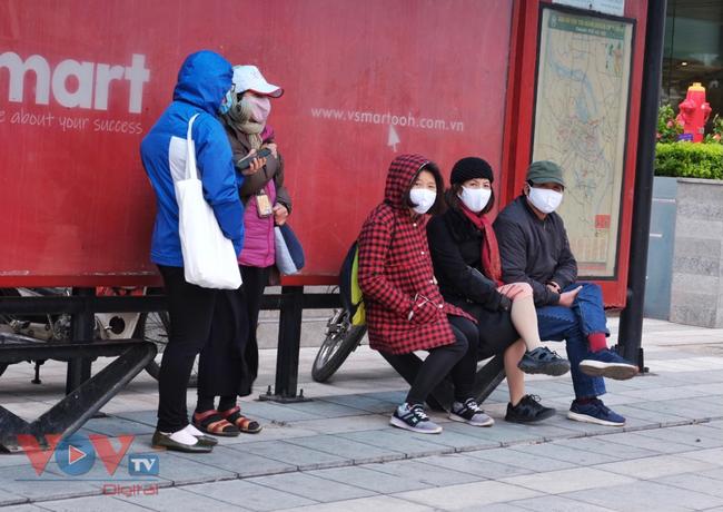 Người dân Hà Nội rét co ro trong cái lạnh đầu mùa - Ảnh 3.
