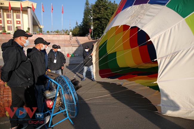 Chùm ảnh: Khinh khí cầu cất cánh trên bầu trời Lai Châu - Ảnh 2.