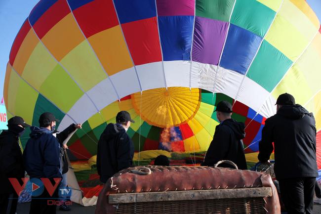 Chùm ảnh: Khinh khí cầu cất cánh trên bầu trời Lai Châu - Ảnh 3.