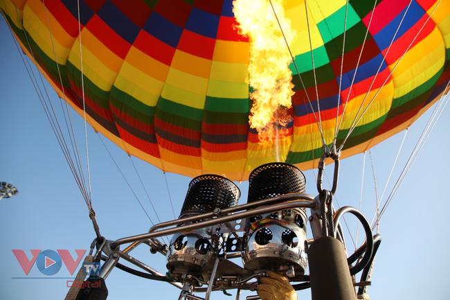 Chùm ảnh: Khinh khí cầu cất cánh trên bầu trời Lai Châu - Ảnh 4.