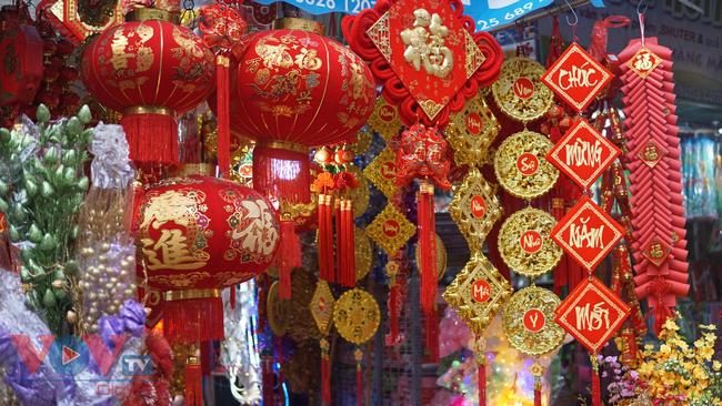 Phố cổ Hà Nội rực rỡ sắc đỏ khi Tết Dương lịch đến gần - Ảnh 4.