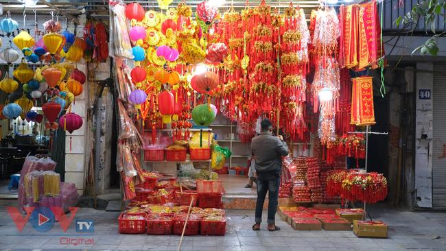 Phố cổ Hà Nội rực rỡ sắc đỏ khi Tết Dương lịch đến gần - Ảnh 9.