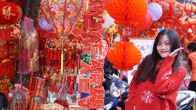 Phố cổ Hà Nội rực rỡ sắc đỏ khi Tết Dương lịch đến gần - Ảnh 17.