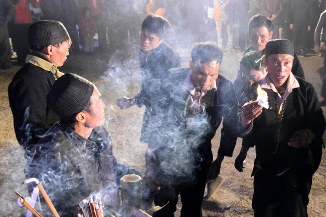 Độc đáo tục nhảy lửa của người Dao đầu bằng Lai Châu - Ảnh 8.