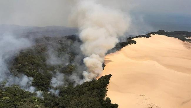 Cháy rừng đe dọa xóa sổ hòn đảo du lịch được xếp hạng Di sản thế giới của Australia - Ảnh 1.
