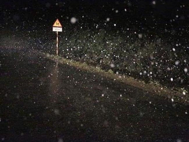 Tuyết rơi trong đêm được người dân đi đường chụp lại