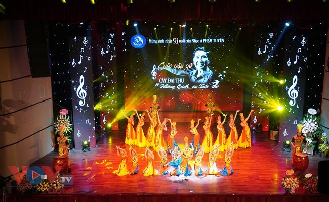 """Đêm nhạc Phạm Tuyên """"Cây đại thụ và Cánh én tuổi thơ"""" - Ảnh 1."""