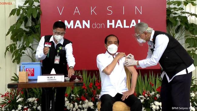 Tổng thống Indonesia tiêm vaccine Covid-19 trực tiếp trên truyền hình - Ảnh 1.