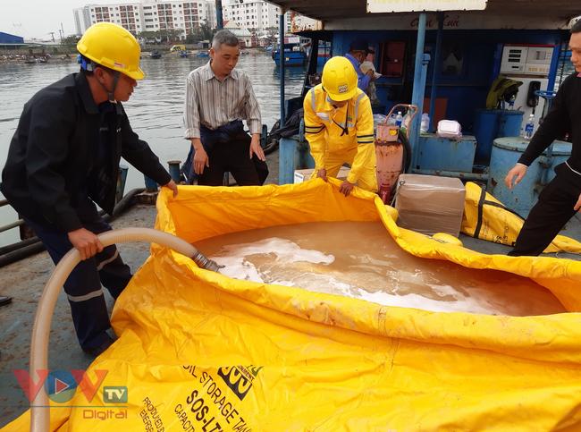Đà Nẵng: Chìm tàu, dầu tràn ra cảng cá Thọ Quang - Ảnh 1.