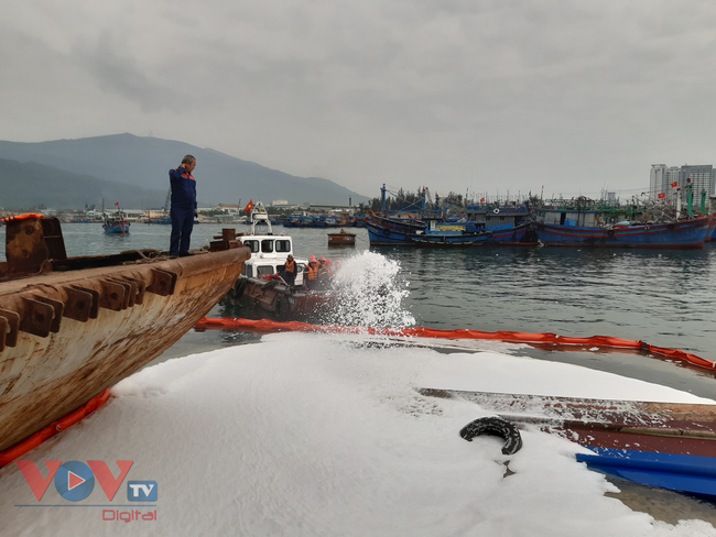 Đà Nẵng: Chìm tàu, dầu tràn ra cảng cá Thọ Quang - Ảnh 2.