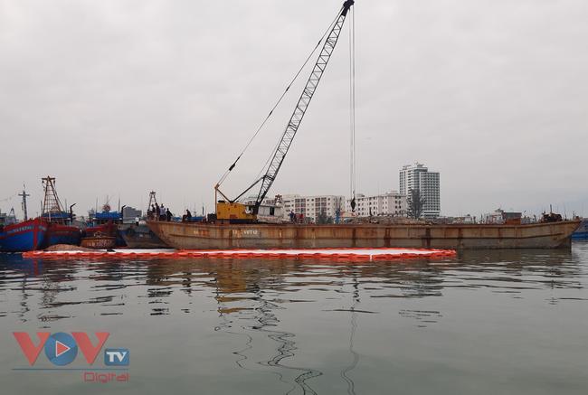 Đà Nẵng: Chìm tàu, dầu tràn ra cảng cá Thọ Quang - Ảnh 3.