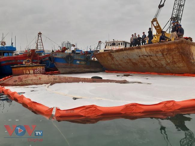 Đà Nẵng: Chìm tàu, dầu tràn ra cảng cá Thọ Quang - Ảnh 4.