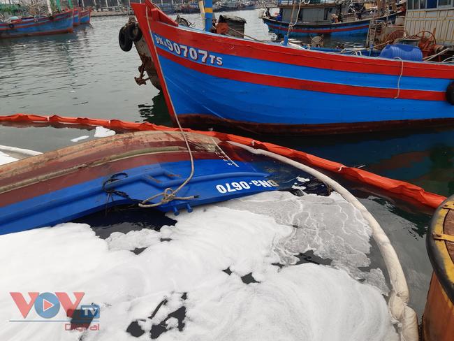 Đà Nẵng: Chìm tàu, dầu tràn ra cảng cá Thọ Quang - Ảnh 5.