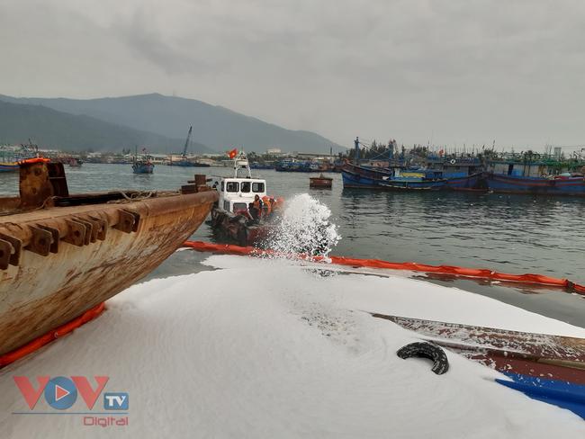 Đà Nẵng: Chìm tàu, dầu tràn ra cảng cá Thọ Quang - Ảnh 6.