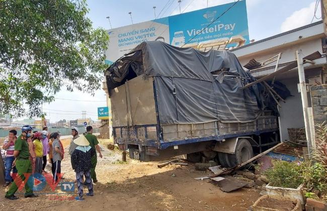 Đồng Nai: Xe tải mất lái lao vào nhà dân - Ảnh 1.
