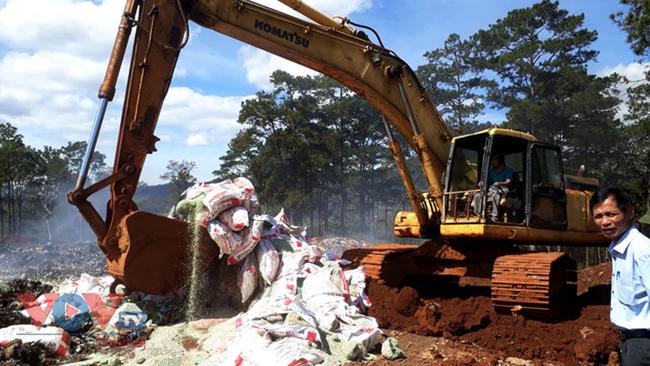 Lâm Đồng tiêu hủy gần 25 tấn phân bón không rõ nguồn gốc - Ảnh 1.