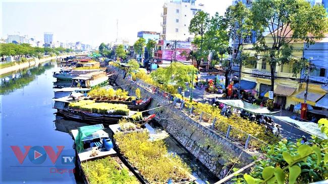 Đặc sắc chợ hoa xuân bến Bình Đông dịp Tết Tân Sửu 2021 - Ảnh 1.