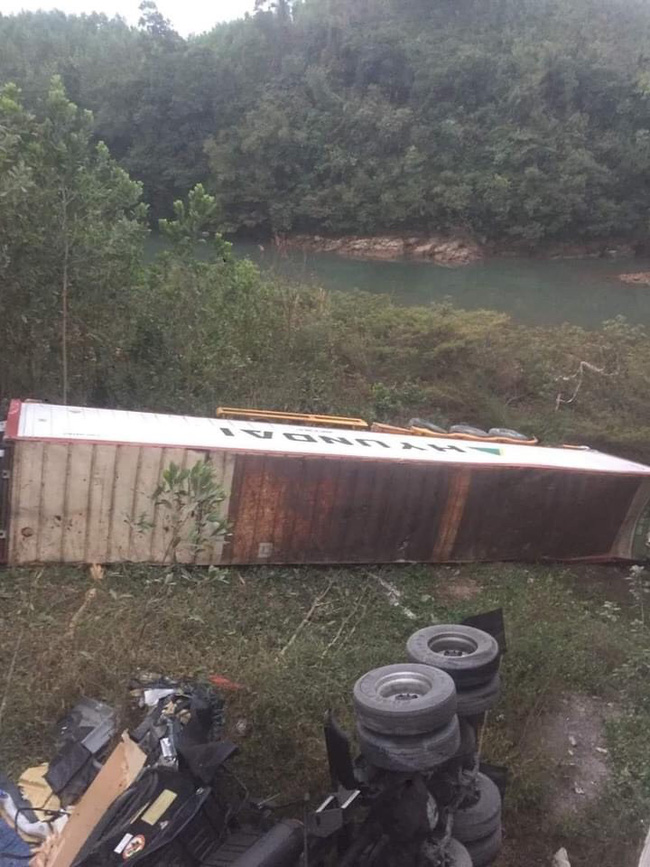 Tài xế ngủ gật khiến container lao xuống vực - Ảnh 2.