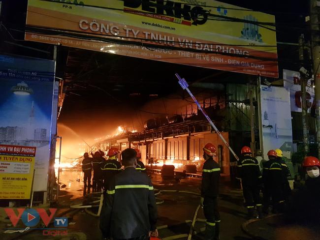 Cháy xưởng vải ở Hóc Môn rồi lan sang công ty bên cạnh - Ảnh 1.