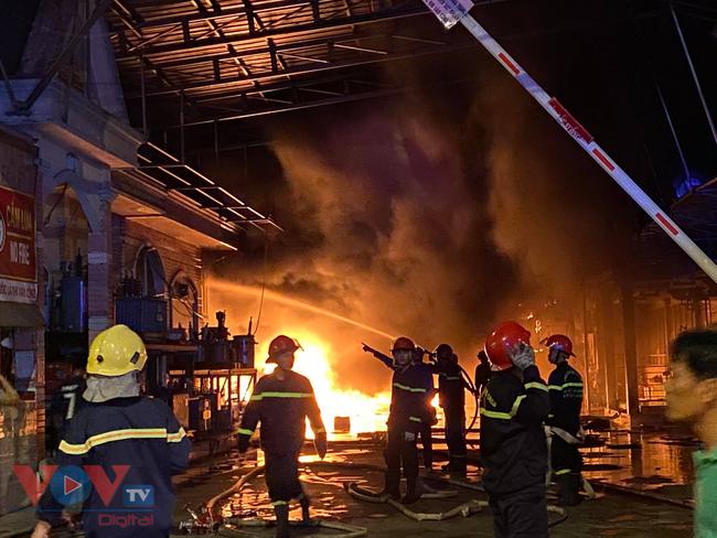Cháy xưởng vải ở Hóc Môn rồi lan sang công ty bên cạnh - Ảnh 3.
