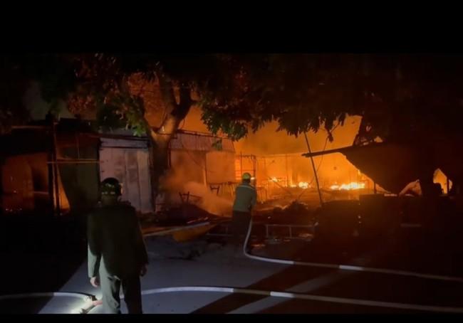 Hải Phòng: Cháy lớn tại Chợ Núi Đèo, hàng trăm ki-ốt bị thiêu rụi - Ảnh 2.
