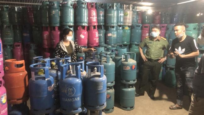 Hải Dương: Triệt phá đường dây sang chiết gas trái phép và sản xuất buôn bán hàng giả - Ảnh 1.