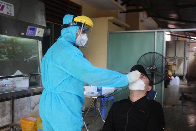 TP.HCM: Giá test nhanh COVID-19 giảm, người dân vui, cơ sở y tế tâm tư - Ảnh 3.