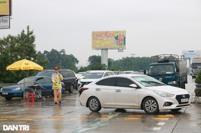 Những người không có đủ điều kiện quy định phải quay đầu xe, không thể qua chốt.