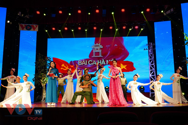 Chương trình giao lưu nghệ thuật 'Bài ca Hà Nội' mừng Ngày Giải phóng Thủ đô - Ảnh 1.