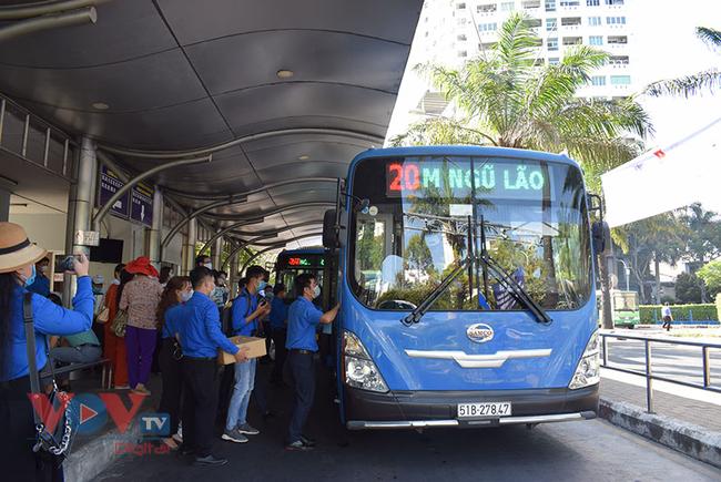 TPHCM: Phát khẩu trang và nước rửa tay miễn phí cho khách đi xe buýt - Ảnh 1.