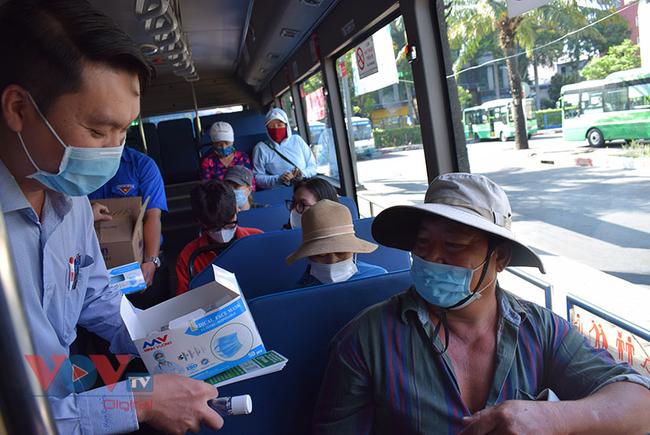 TPHCM: Phát khẩu trang và nước rửa tay miễn phí cho khách đi xe buýt - Ảnh 2.