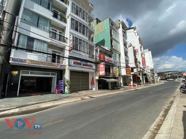 ảnh hưởng dịch Covid-19, một dãy phố ở trung tâm Đà Lạt vắng tanh.jpg