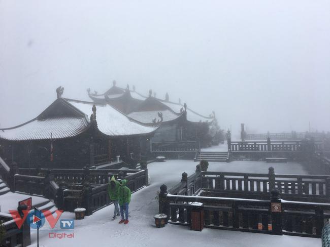 Mưa tuyết trắng đỉnh Fansipan trước thềm năm mới - Ảnh 9.