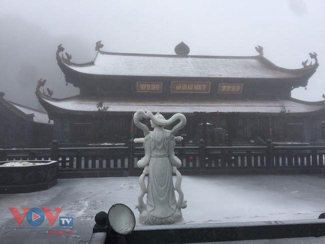 Mưa tuyết trắng đỉnh Fansipan trước thềm năm mới - Ảnh 6.