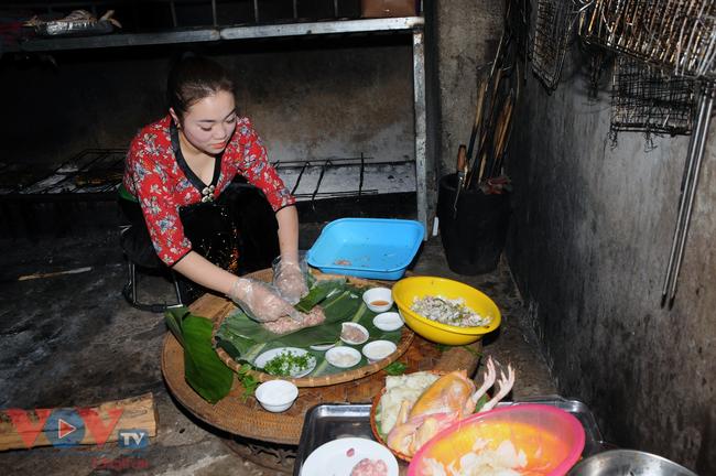 Dưới đôi bàn tay khéo léo, chế biến công phu của người phụ nữ dân tộc Thái.jpg