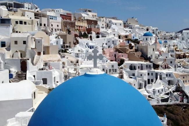 Hy Lạp chào đón cả du khách Anh chưa tiêm vaccine - Ảnh 1.