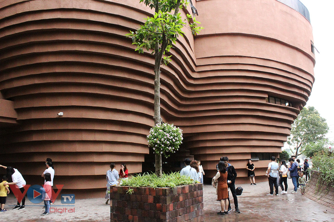 Người dân Thủ đô 'phát sốt' với bảo tàng gốm Bát Tràng 150 tỷ đồng - Ảnh 4.